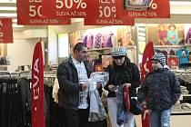 V Plzni začaly po Vánocích klesat ceny. Mnoho lidí tak vyrazilo do obchodních center