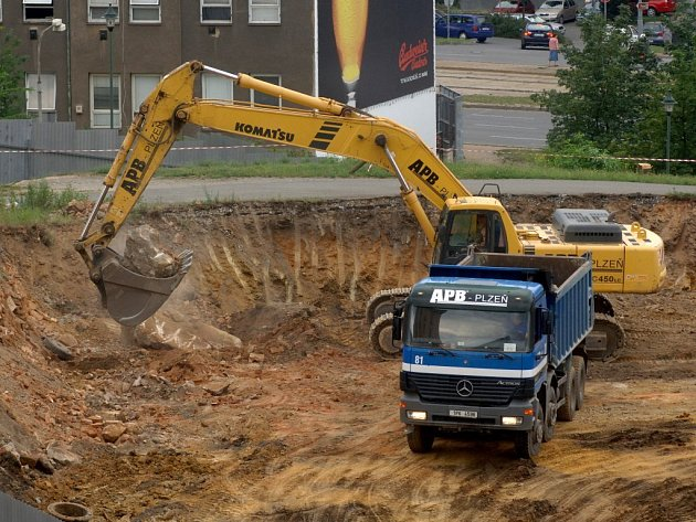 V prostoru pod Hamburkem proti historické bráně pivovaru se bagrují základy pro budoucí hotel Angelo