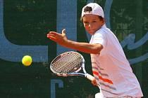 Český tenista Miroslav Chyba (na snímku) postoupil na mistrovství Evropy hráčů do 14 let do druhého kola. Ve svém úvodním vystoupení ve dvouhře včera zdolal na kurtech TK Slavia Plzeň v Borském parku Aliaksandra Halinka z Běloruska hladce 6:2, 6:1