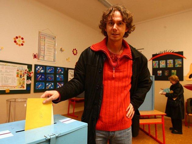 Ve volební místnosti na Americké třídě se v pátek objevil i herec a režisér Vilém Dubnička
