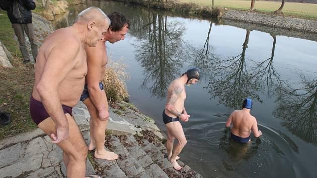 Ve vodách řeky Mže v Hradišti si zaplavala parta nadšených otužilců