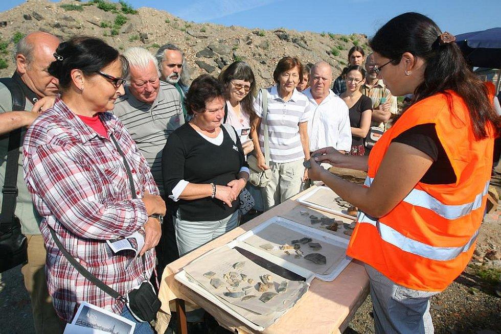 Šéfka výzkumu Kateřina Postránecká ukazuje zájemcům místo archeologických prací a nálezy v Jízdecké ulici