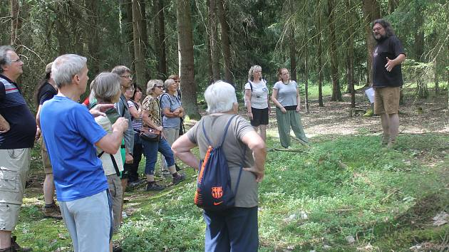 Místy, kde stála zaniklá ves Borek, provází vedoucí archeologické fakulty Pavel Vařeka.