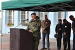 Generál Alan přivítal a pozdravil soutěžící
