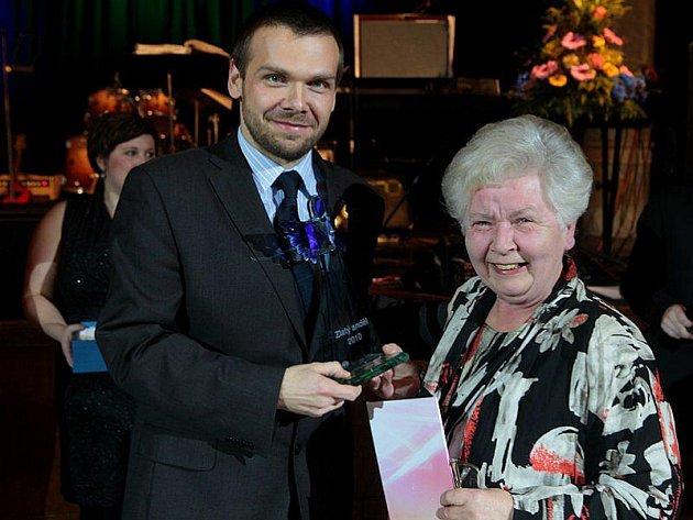 Ocenění Zlatý anděl 2010 získala Anna Srbová z Městské charity Plzeň (na snímku s plzeňským primátorem Martinem Baxou).