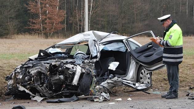 Dva zraněné řidiče, z toho jednoho těžce, si vyžádal čelní střet Avie s Citroenem, ke kterému došlo krátce před pátečním polednem mezi obcemi Zbůch a Chotěšov na Plzeňsku