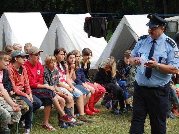 Děti, které tráví začátek prázdnin na táboře u severoplzeňské České Doubravice, navštívili ve čtvrtek policisté
