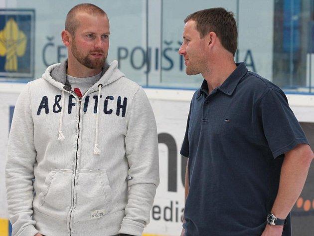 Útočník  Ondřej Kratěna (vpravo) rozmlouvá s dalším novicem v týmu Plzně brankářem Adamem Svobodou