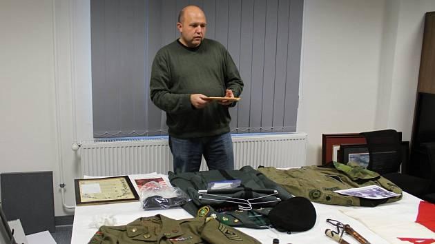 Ředitel muzea Ryan T. Meyer ukazuje nové přírůstky – uniformy z druhé světové války. Uniformu včetně nášivek, odznaků a knoflíků věnovali muzeu pamětníci.
