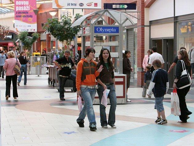Deštivé počasí plní nákupní centra, mladí však příliš nenakupují, spíše zabíjí volný čas. Ti pracovitější využívají prázdniny k přivýdělku za pokladnami