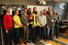 Vědci ze Západočeské univerzity v Plzni (ZČU) ukončili vývoj odlehčeného chytrého obleku pro hasiče. Na snímku jsou společně se zástupci firem Vochoc.