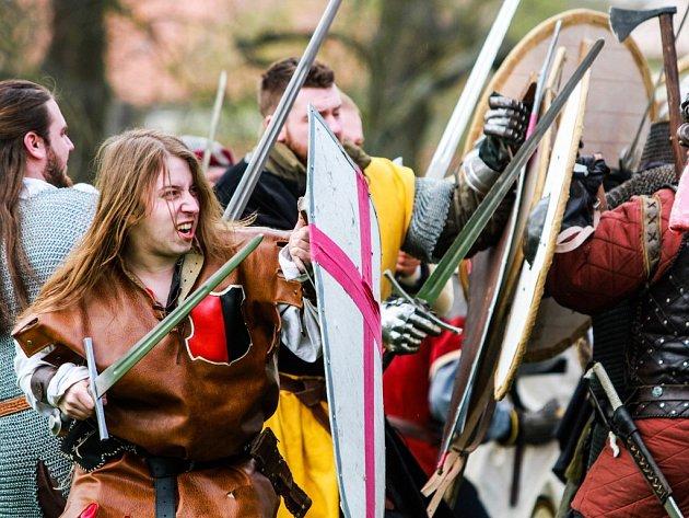 Rekonstrukcí boje vojsk císaře Oty I. a českého knížete Boleslava II. vyvrcholily ve Starém Plzenci oslavy 1040 let od první písemné zprávy o Staré Plzni