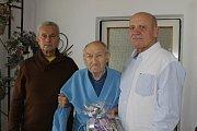 MIROSLAVU MOULISOVI přišli k 85. narozeninám pogratulovat Vladimír Jarý (vpravo) a Pavel Čejka.