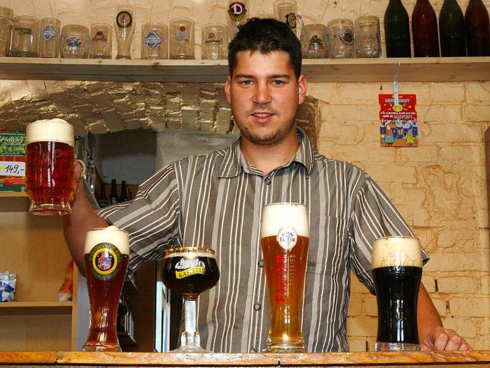 Petr Strnad ukazuje některé z druhů piv, které je možné vyzkoušet v Klubu malých pivovarů