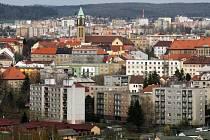 Slovany jsou jednou z nejstarších plzeňských čtvrtí a žije tu více než 35 tisíc obyvatel. Snímku dominuje věž kostela Panny Marie Růžencové na Jiráskově náměstí