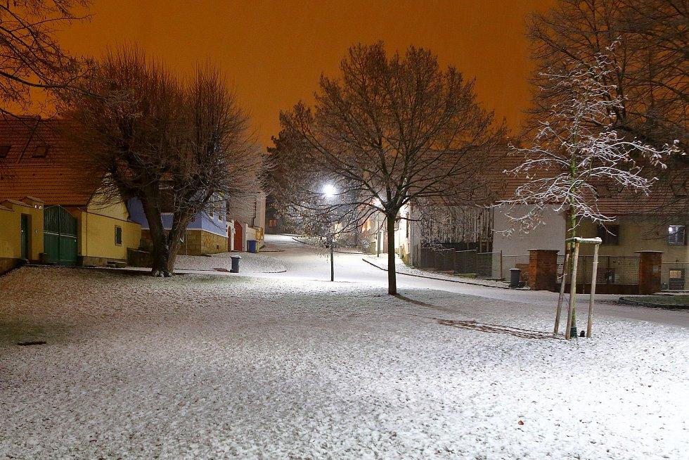 Noční sněžení v centru i okrajových částech Plzně.Na snímku stará náves Bolevec.