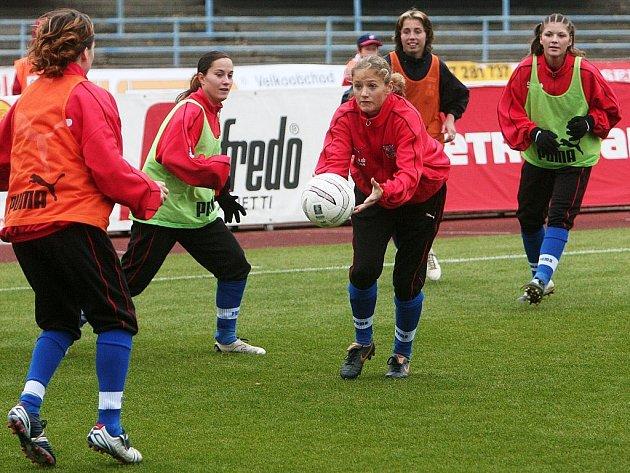 Fotbalistky české reprezentace se rozcvičují při pátečním předzápasovém tréninku na Městském stadionu ve Štruncových sadech v Plzni.
