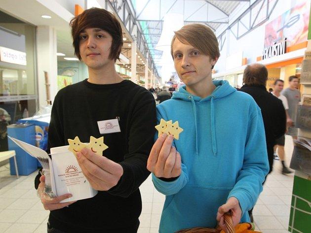 Studenti doubraveckého Gymnázia Luďka Pika v pondělí v plzeňských hypermarketech kolemjdoucím nabízeli vlastnoručně vyrobená sluníčka