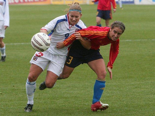 Česká fotbalová reprezentantka Pavlína Ščasná (vlevo) bojuje o míč s Iraiaou Iturreguiovou ze Španělska v sobotním zápase kvalifkace na mistrovství Evropy 2009. Utkání na Městském stadionu v Plzni skončilo nerozhodně 2:2