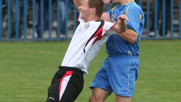 Útočník Senco Doubravka Pavel Švec (vpravo) bojuje ve vzduchu o míč se soupeřem v utkání proti Admiře Praha.