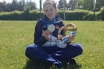 Puškařka Adéla Sýkorová pózuje s medailí, kterou získala v úterý na Světovém poháru v Mnichově