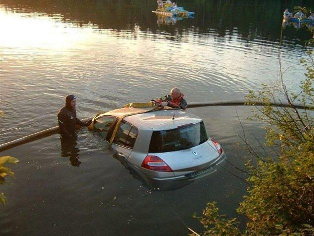 Utopené auto museli z vody vytáhnout hasiči a potapěči