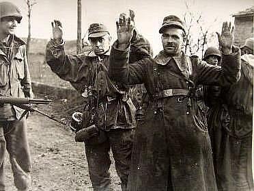 Příslušníci americké 30. pěší divize berou do zajetí německé vojáky
