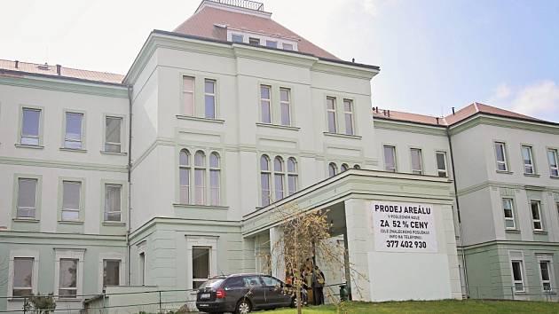 Nápis, který ještě letos na jaře upozorňoval na prodej Fodermayerova pavilonu, zmizel.