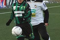 V utkání proti Dukle Praha se v sestavě Viktorie objeví také  František Ševinský (vlevo), který na snímku z utkání se Sokolovem bojuje s Davidem Vaněčkem