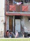 Podobná situace jako v Plachého ulici je i na Jateční ulici v Doubravce (na snímku). Tamní pavlačový dům je odděleným světem. V poslední době se tam vyprazdňují byty, prázdné se nepřidělují. V budoucnosti má tudy vést komunikace