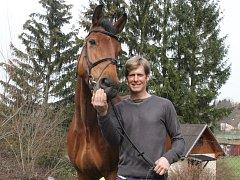 Jaroslav Šíma ze Spáleného Poříčí vlastní pouze dva koně. Na snímku je jeden z nich
