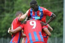 Senegalský fotbalista Modou Birame Ndiaye se na tři roky upsal Viktorii, ve včerejším zápase na soustředění v Rakousku se radoval z gólu Jeana-Davida Beauguela.