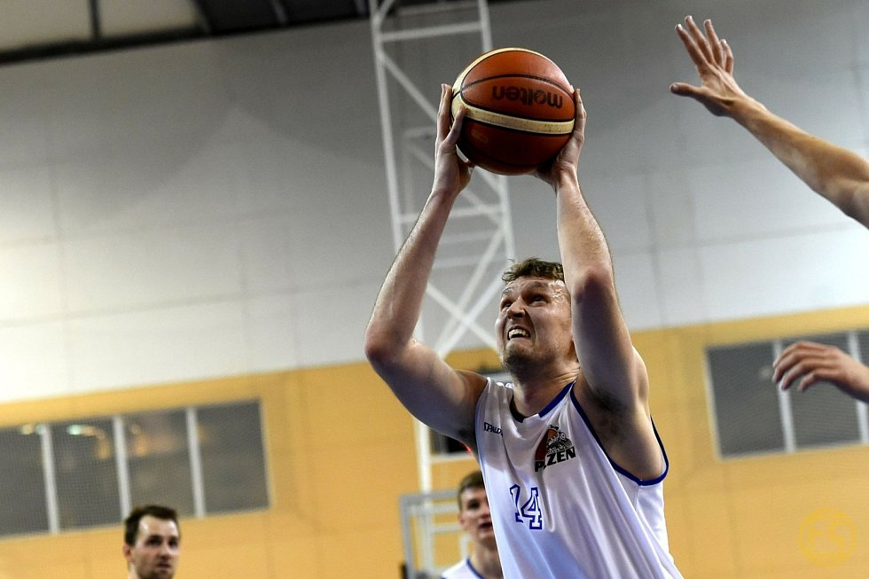 JAROSLAV LEJSEK (na snímku) opustil v roli hráče natrvalo prvoligové basketbalové vody a přesunul se na lavičku k trenérovi Eismanovi. Hrát již chodí pouze za rezervní C tým.