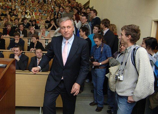 """Premiér debatoval včera na univerzitě se studenty. Ti seděli i na schodech a na zemi vedle katedry. """"Mohu si besedu sám moderovat,"""" zahájil premiér."""