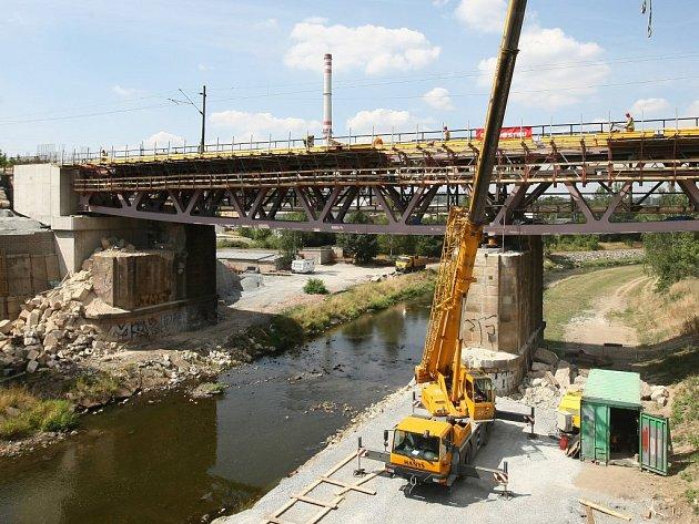 Na železničním mostě na trati Praha – Plzeň na Doubravce momentálně probíhá montáž bednění pro zhotovení železobetonové desky, která bude tvořit žlab pro štěrkové lože nové koleje.