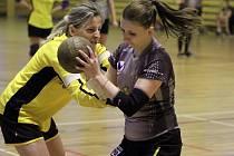 Remízou skončil duel Blovic s Újezdem. Na snímku se hráčka Blovic snaží ubránit Kateřinu Říhovou (s míčem)