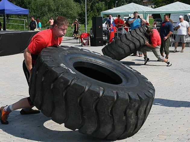 U plzeňské Plazy soutěžili muži v netradičních disciplínách: nosili 120 kg těžké kufry, zvedali betonovou kouli a obraceli pneumatiku.