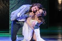 Romeo a Julie. Na snímku ze zkoušek baletu je zachycena ústřední dvojice v podání Petra Laštovky a Kristýny Peštové