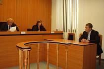 Tomáš Babka (vpravo) u soudu