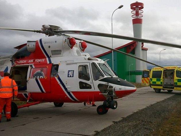 Popáleného muže transportoval vrtulník do nemocnice Královské Vinohrady v Praze