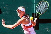 Kristýna Lavičková (na snímku) se svou parťačkou Denisou Hindovou postoupily do finále čtyřhry na mistrovství Evropy tenistek do 14 let. O titul budou hrát v sobotu.