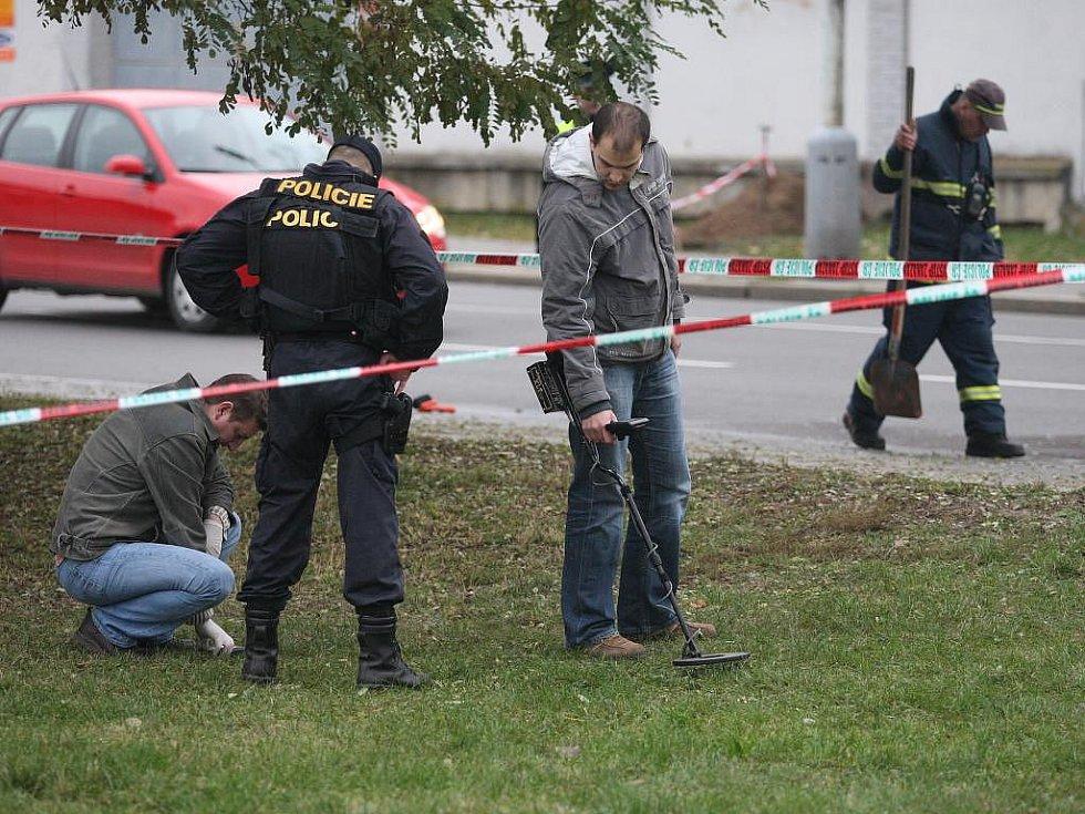 Policisté zajišťují stopy u fakultní nemocnice v Plzni na Borech, kde došlo k přepadení eskorty