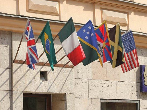 Na hotelu vcentru Plzně chybí mezi státními vlajkami česká, což odporuje Zákonu ostátních symbolech