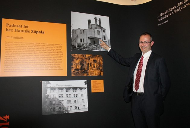Petr Domanický a jeho fotografie z roku 1987, na níž zachytil demolici obytné budovy v areálu Vzorového statku v Plzni.