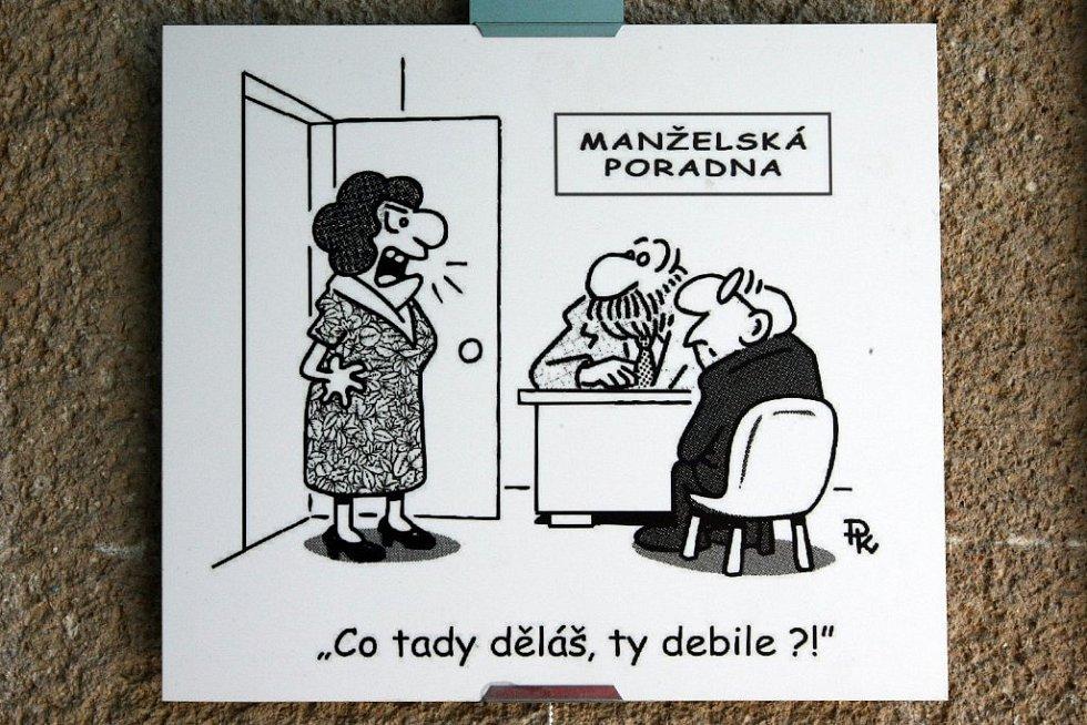 V atriu Gymnázia Františka Křižíka na Lochotíně jsou k vidění ty nejlepší kreslené vtipy z dílny Pavla Kantorka.