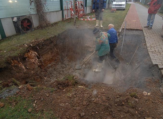 Dělníci dnes (10. 1.) vyhloubili v Sukově ulici tři jámy, v nichž začnou v sedm hodin večer opravovat netěsnosti na horkovodním potrubí.