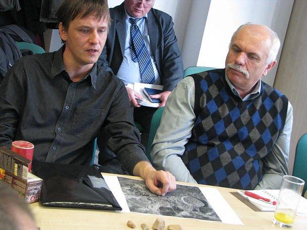 Plzeňský archeolog Karel Nováček ukazuje na mapě Arbíl, kde jeho tým našel 150 tisíc let staré pazourky