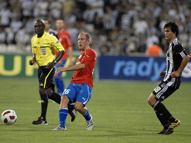 Plzeňský Daniel Kolář přihrává míč v utkání třetího kola Evropské ligy v Istanbulu proti Besiktasu. Akci přihlíží domácí Uysal Necip (vpravo), vlevo belgický rozhodčí Jerome Egony Nzolo.