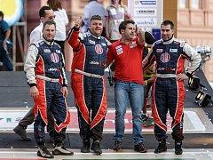 Posádku ve složení (zleva v kombinézách) René Kilián, Martin Kolomý a David Kilián čeká v sobotu první závodní etapa.