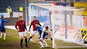 POHÁR V OLOMOUCI. Fotbal si letos zahrál František Dvořák (na snímku vlevo) jen jednou, ve 3. kole MOL Cupu v Olomouci (1:3), a tak má aspoň víc času na svého koníčka, pečení dortů. I u některých jeho výtvorů je patrná láska k fotbalu.